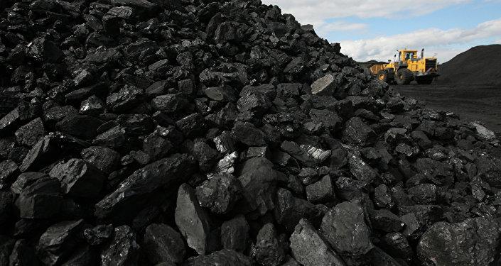 Сортированный уголь на складе. Архивное фото