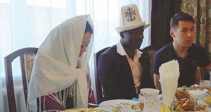 Пара планирует пожениться в ноябре. По словам избранницы футболиста, Тэго понравился ей тем, что он добрый, искренний и обаятельный