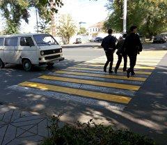 Пешеходный переход покрашенный желтой краской в Бишкеке. Архивное фото