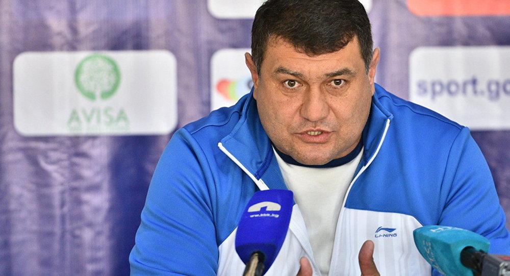 Тренер сборной Таджикистана по футболу Мубин Эргашев во время пресс-конференции.