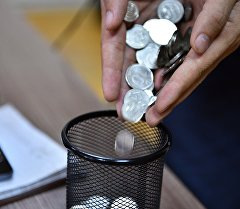 Монеты в руках. Архивное фото