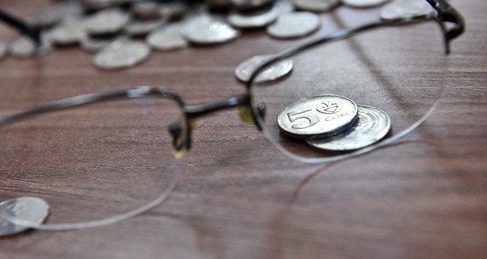 Монеты и очки на столе. Архивное фото