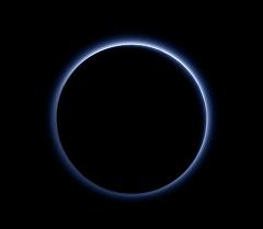 Атмосферная дымка Плутона синего цвет. Архивное фото