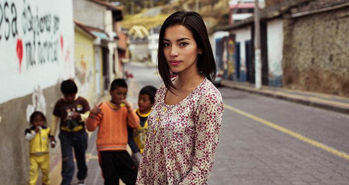 Знойную красоту девушек Эквадора не могут скрыть даже узкие улочки городка.