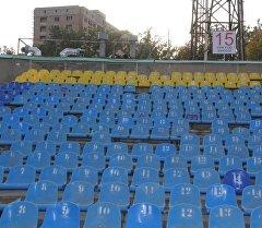 Кыргызстан — Тажикстан беттешүүсүнө күбө болгон күйөрмандар стадиондун бардык 28 секторунда 250 креслону жарактан чыгарган.