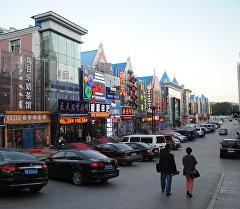 Туристы на одной из улиц Маньчжурии, Китай. Архивное фото