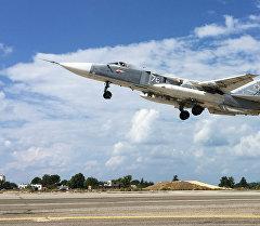Фронтовой бомбардировщик Су-24 взлетает с авиабазы Хмеймим в Сирии. Архивное фото