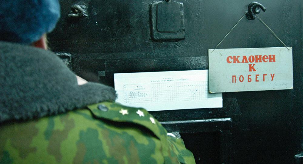 Табличка с надписью склонен к побегу на двери камеры. Архивное фото