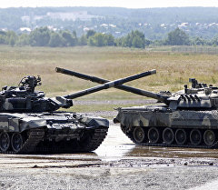 Танк Т-90 (слева) на территории полигона. Архивное фото