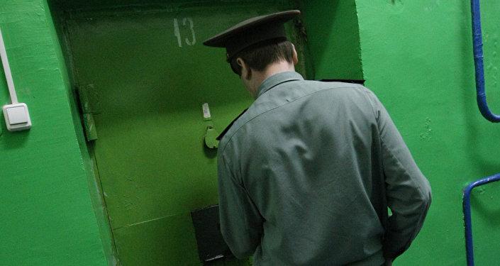 Сотрудник исправительной колонии запирает дверь камеры. Архивное фото