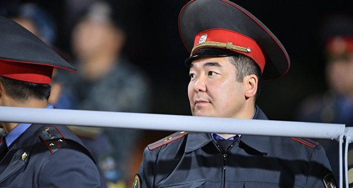 Милиция кызматкери Кыргызстан – Таджикистан оюнунда. Архив