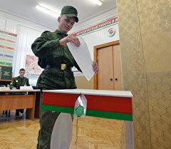 Военнослужащий принимает участие в досрочном голосовании на выборах президента Республики Беларусии на избирательном участке №79 в Минске. Архивное фото