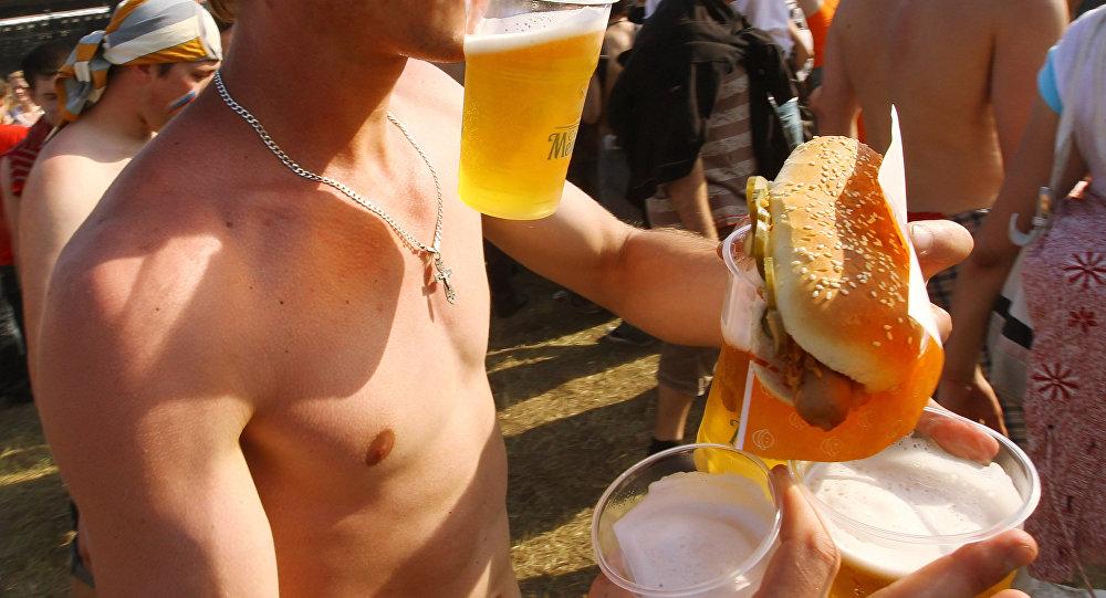 Гамбургер, сыра кармаган киши. Архив