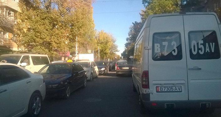 Автомобильное движение автотранспорта по улице Киевской. Архивное фото