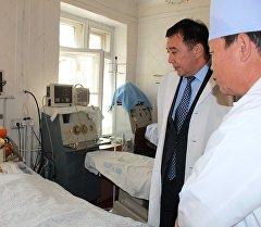Вице-премьер Абдырахман Маматалиев навестил сотрудника ГСИН Тилека Абылгазиева, раненного заключенными при побеге из СИЗО №50.
