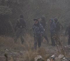 Милиция кызматкерлери Курманжан датка көчөсүн бойлой жайгашкан Ботаникалык бакты тинтип жатат.