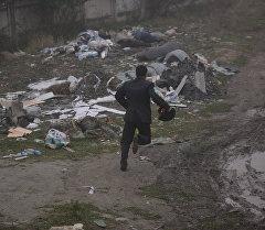 Сотрудники МВД КР бежит по улице. Архивное фото
