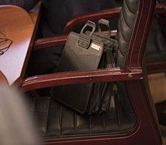 Кресло и портфель депутата на кресле во время заседания. Архивное фото