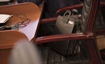 Кресло и портфель депутата в Жогорку Кенеше. Архивное фото