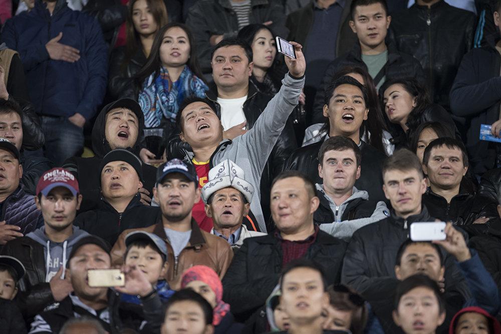 После летней игры болельщики успели соскучиться по селфи на стадионе. Следующий домашний матч пришелся на 8 октября — против сборной Таджикистана. Встреча закончилась со счетом 2:2
