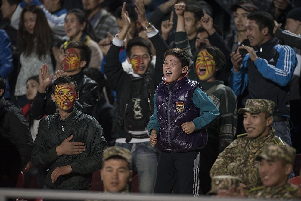 Раскраска лица под флаг Кыргызстана стало обычным делом для болельщиков