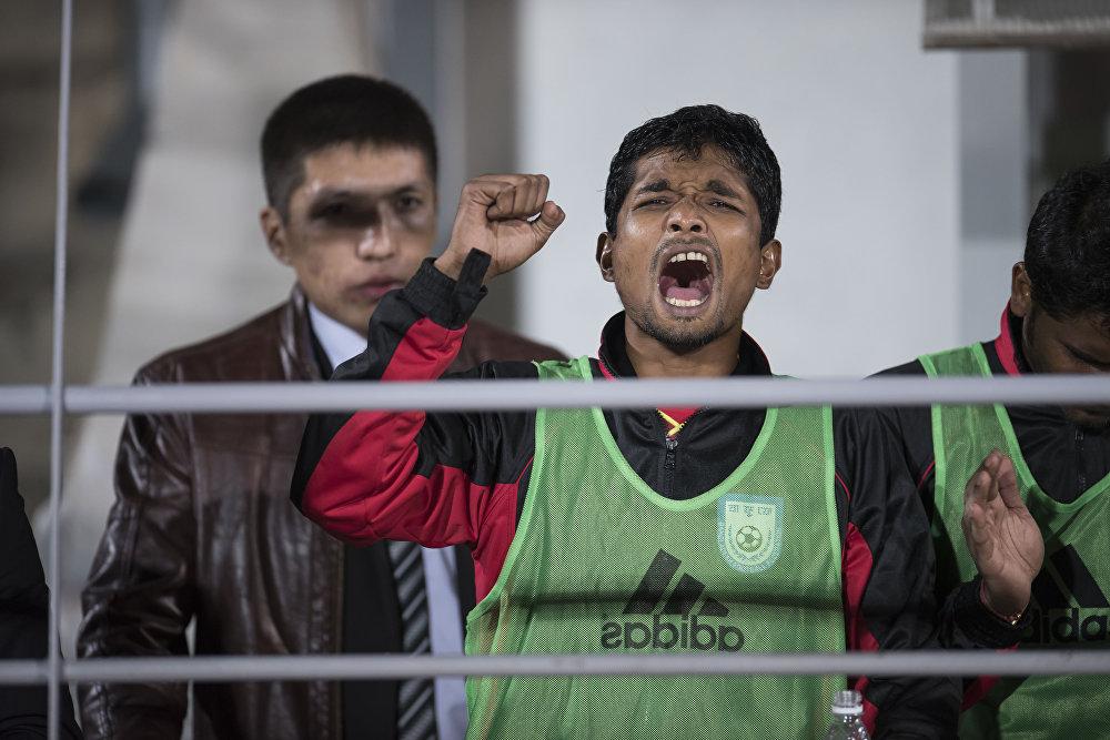 Запасной игрок Бангладеш тоже в роли болельщика. В тот момент он еще не знал, что его команда проиграет со счетом 2:0