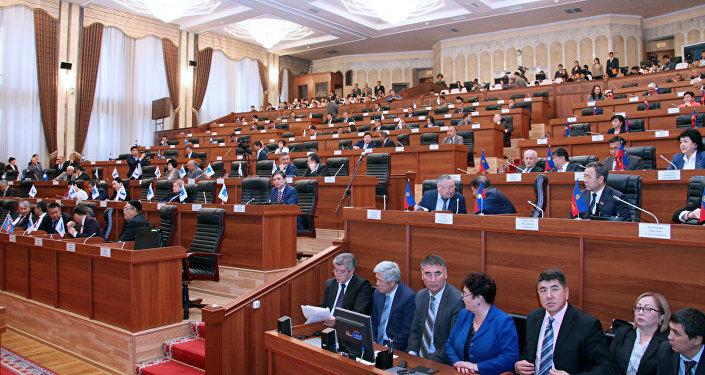 Кыргызский парламент одобрил законодательный проект оназначении референдума