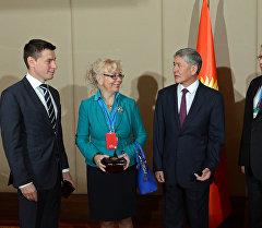 Атамбаев Евразиялык экономикалык комиссиянын коллегия мүчөлөрү менен.