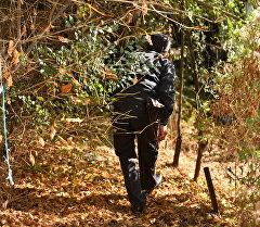 Сотрудник милиции в кустах. Архивное фото