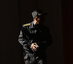 Милиция кызматкери операция учурунда. Архивдик сүрөт