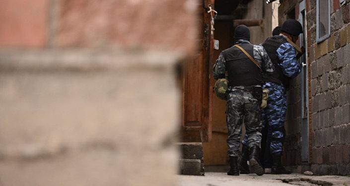 Сотрудники МВД во время поисковых работ. Архивное фото