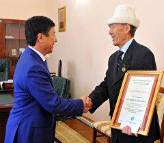 Премьер-министр Темир Сариев кыргыз өкмөтүнүн балдар адабияты жаатындагы сыйлыгын тапшыруу маалында.