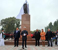 Премьер-министр Темир Сариев залкар акын Алыкул Осмоновдун айкелинин ачылышында.