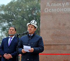 Премьер-министр Темир СариевАлыкул Осмоновдун айкелинин ачылышында. Архив