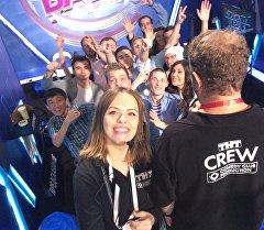 Выступающий в шоу Comedy Баттл на ТНТ кыргызстанец Мыктыбек Мукаев с другими участниками и организаторами.