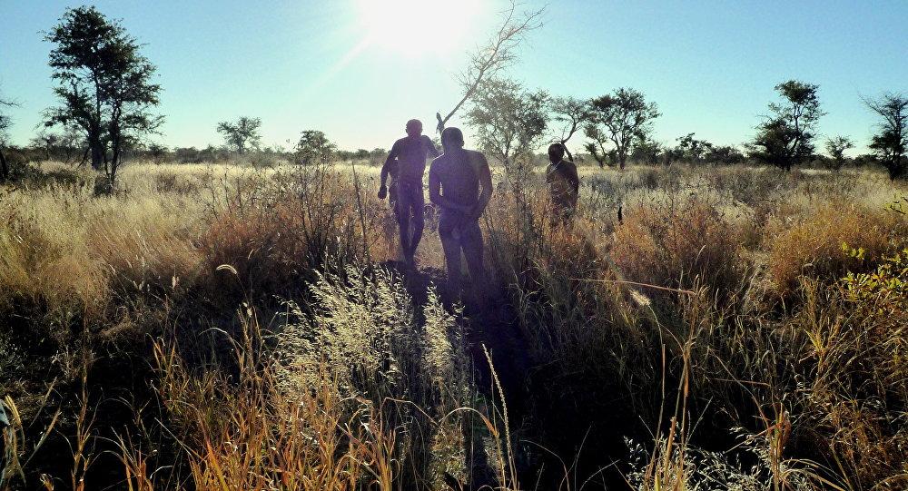 Древние люди во время охоты. Архивное фото