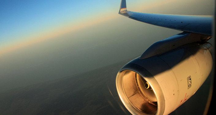 Крыло самолета во время полета. Архивное фото
