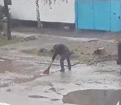 Бишкекте көчөнүн аң-чөнөктөрүнөн сууну сузуп алышып, ал жерлерге асфал