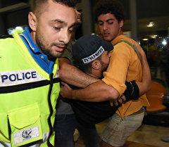 Полиция Израиля уносят пострадавшего на месте стрельбы.