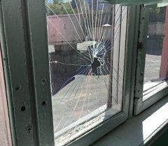 Разбитое окно. Архивное фото