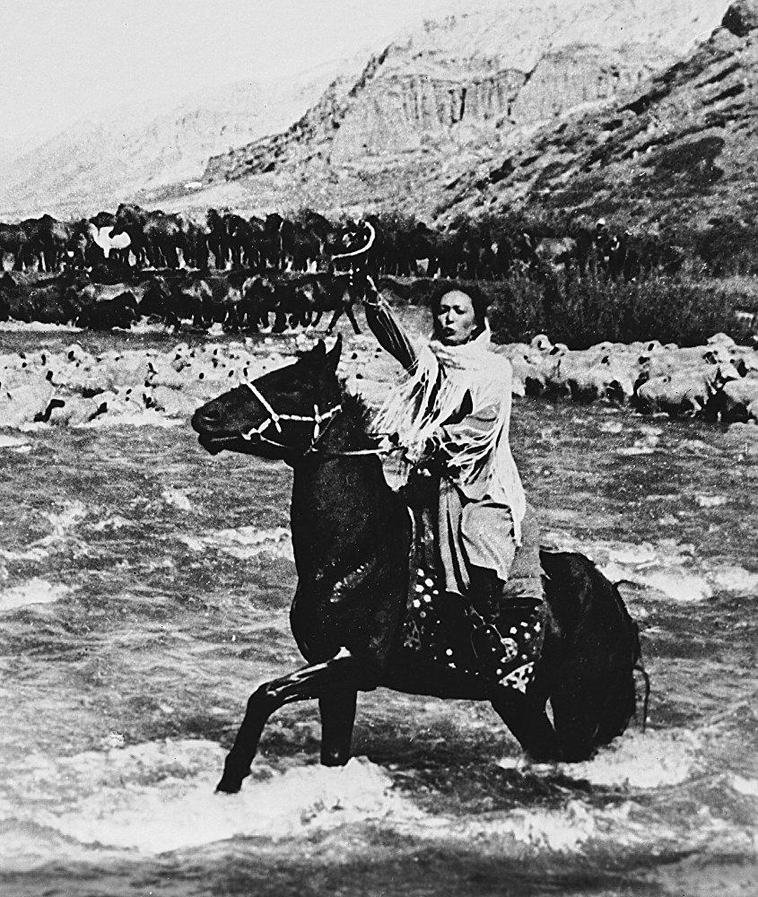 Бакен  Кыдыкеева  кыргыздын алгачкы толук метраждуу көркөм фильми Салтанатта Салтанаттын ролун ойногон. Киножаатындагы сынчылар бул тасманы Улуттук көркөм маданияттын символуна айлангандыгын айтып келишет