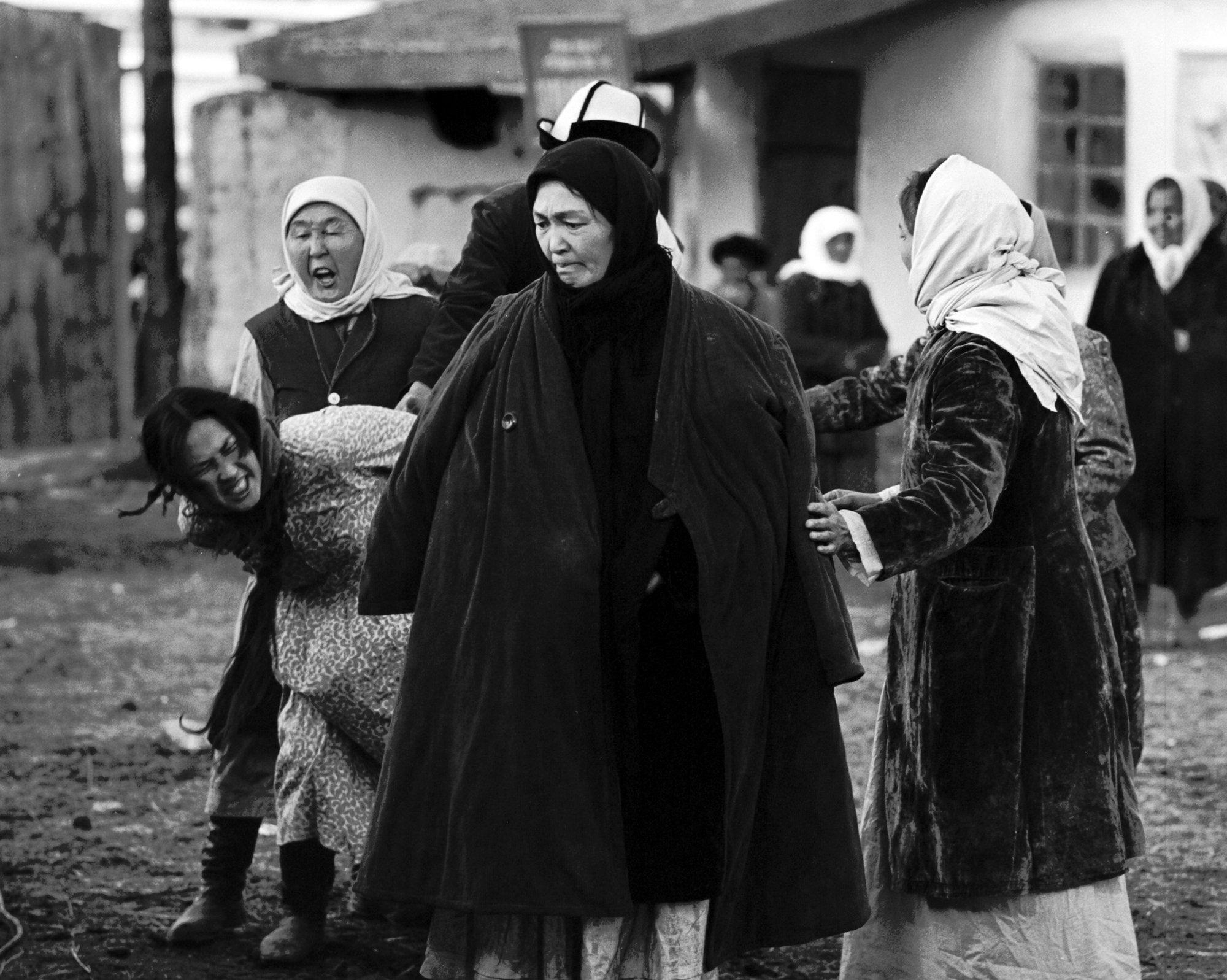 СССРдин эл артисти Бакен Кыдыкееванын Саманчынын жолу көркөм тасмасында Толгонайдын ролун аткарып жаткан учуру