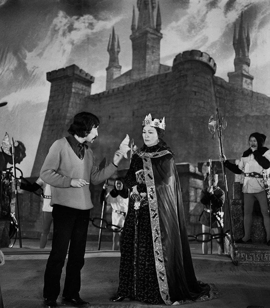 Геннадий Базаров Искусство жөнүндө жомок кино тасмасында актрисаны  тартып жаткан кези