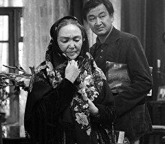 Геннадий Базаровдун Көздүн кареги тасмасында дагы бир залкар актер Болот Бейшеналиев менен бирге ойногон.  Актердук чеберчилиги үчүн Бакен Кыдыкеева 1977-жылы Рига шаарындагы бүткүл союздук кинфестивалда атайын номинацияга ээ болгон