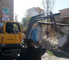 Департамент индивидуального жилищного строительства при мэрии Бишкека снес незаконно возведенный забор, установленный жителем дома по улице Киевской 120/1 (ближе к улице Тоголок Молдо).