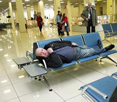 Аэропортто уктап жаткан адам. Архив