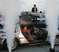 Копию машины времени из Назад в будущее показали поклонникам фильма в Токио