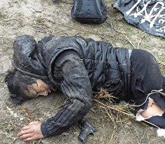 Кармалган Абдырахмановго милиция меджардам көрсөтүп, замбил менен көтөрүп кетти