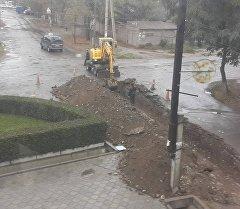 На улице Ташкентская сразу после ремонта дороги вскрыли асфальт