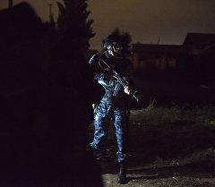 Сотрудники МВД во время оперативно-розыскных работ. Архивное фото